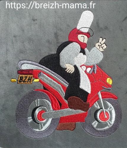 Motif broderie Mam Goudig à moto