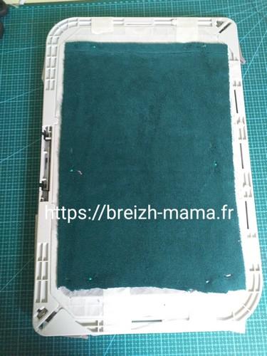 2- Fixer le tissu éponge sous le cadre