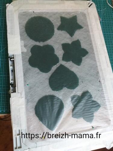 7- Fixer du film hydrosoluble côté éponge