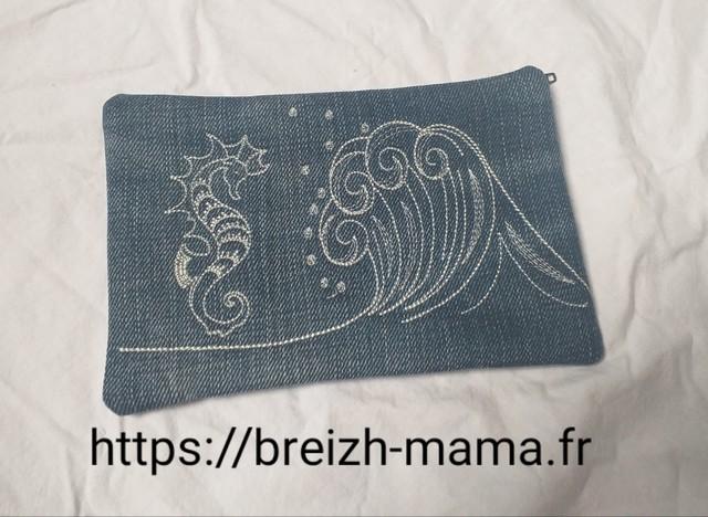 Trousse jeans recyclé brodé vague et hippocampe